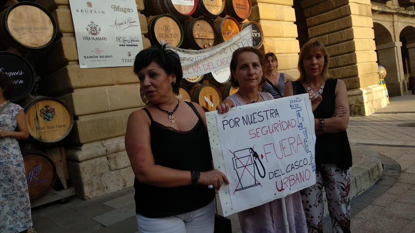 Concentración en Haro para exigir el traslado de la gasolinera de la avenida de La Rioja 12