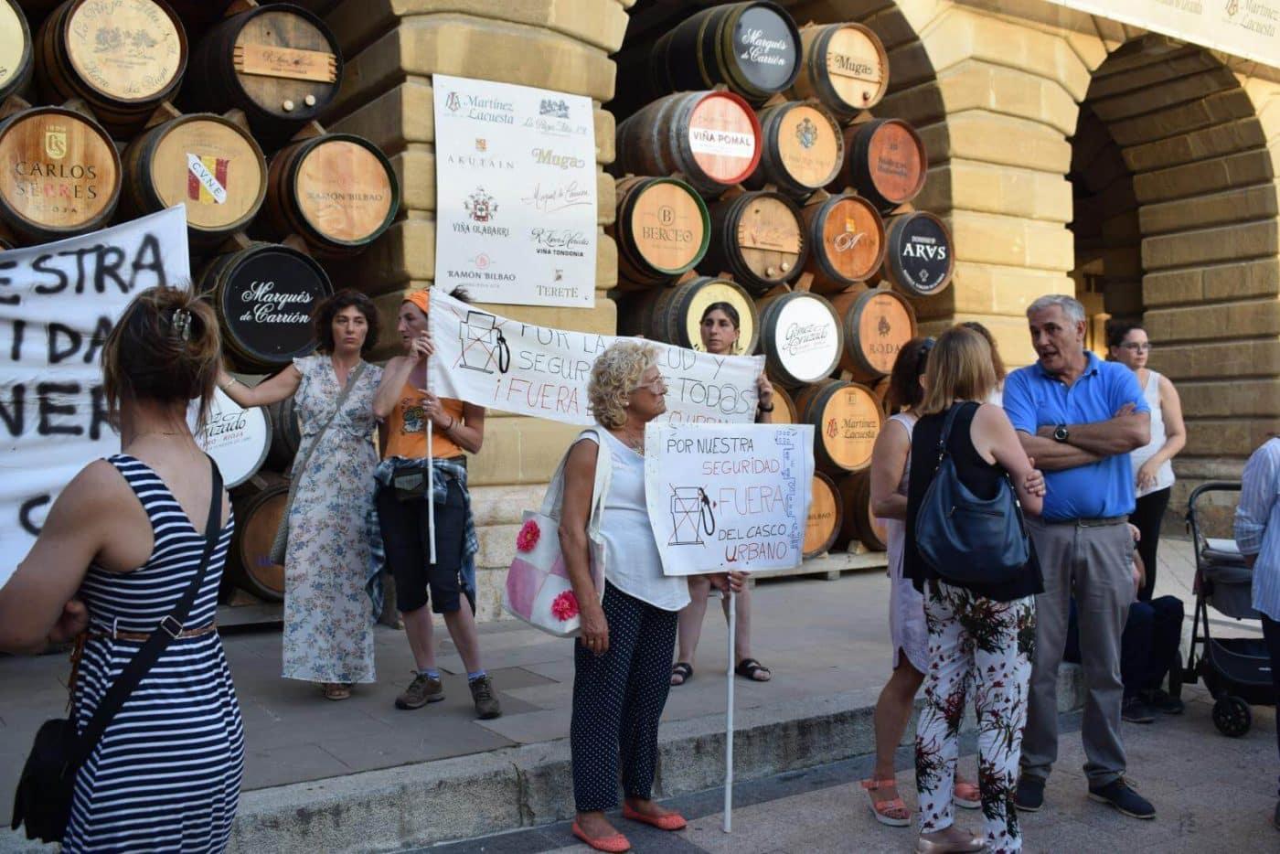 Concentración en Haro para exigir el traslado de la gasolinera de la avenida de La Rioja 2
