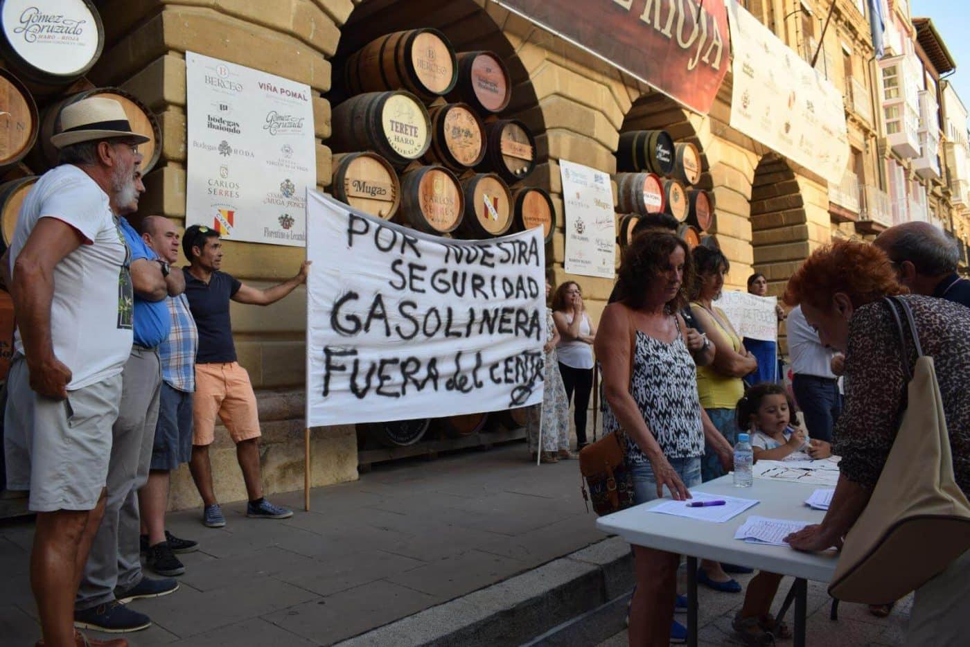 Concentración en Haro para exigir el traslado de la gasolinera de la avenida de La Rioja 3