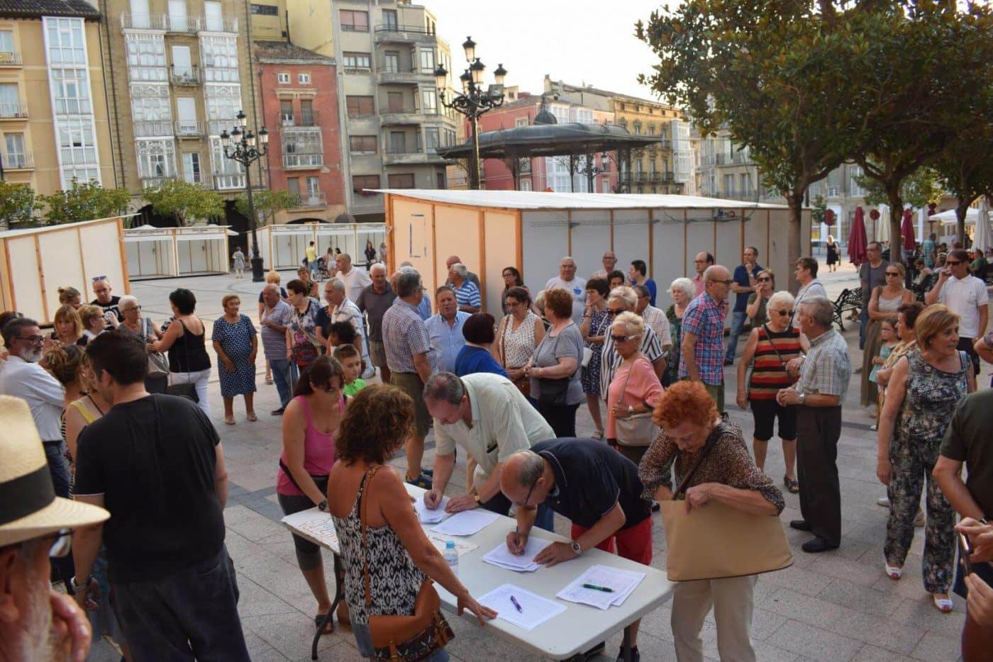 Concentración en Haro para exigir el traslado de la gasolinera de la avenida de La Rioja 4