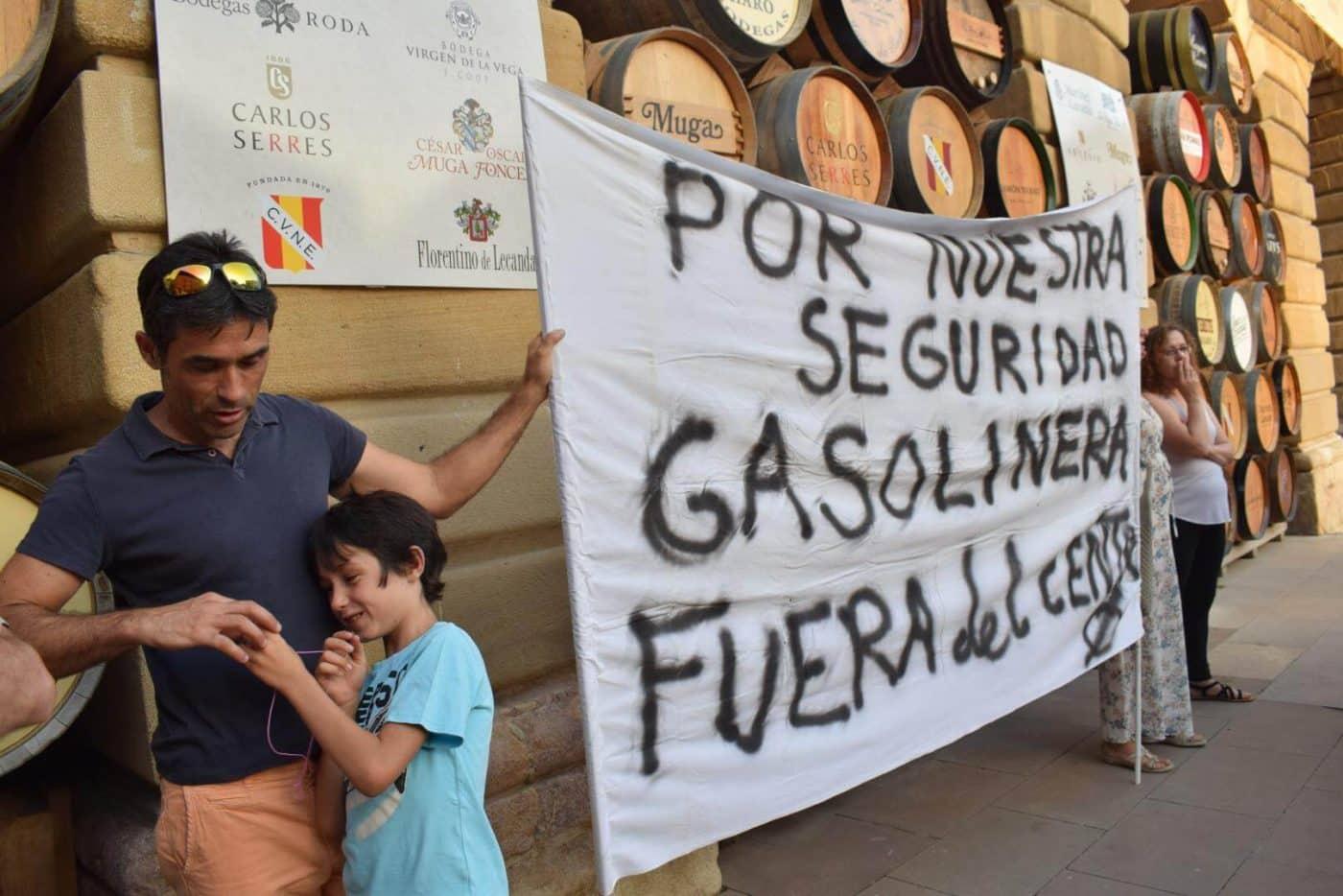 Concentración en Haro para exigir el traslado de la gasolinera de la avenida de La Rioja 5