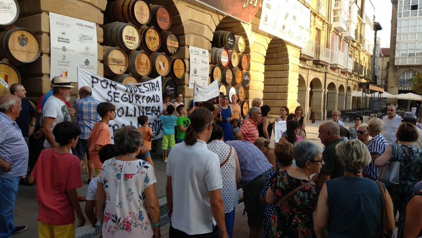 Concentración en Haro para exigir el traslado de la gasolinera de la avenida de La Rioja 6