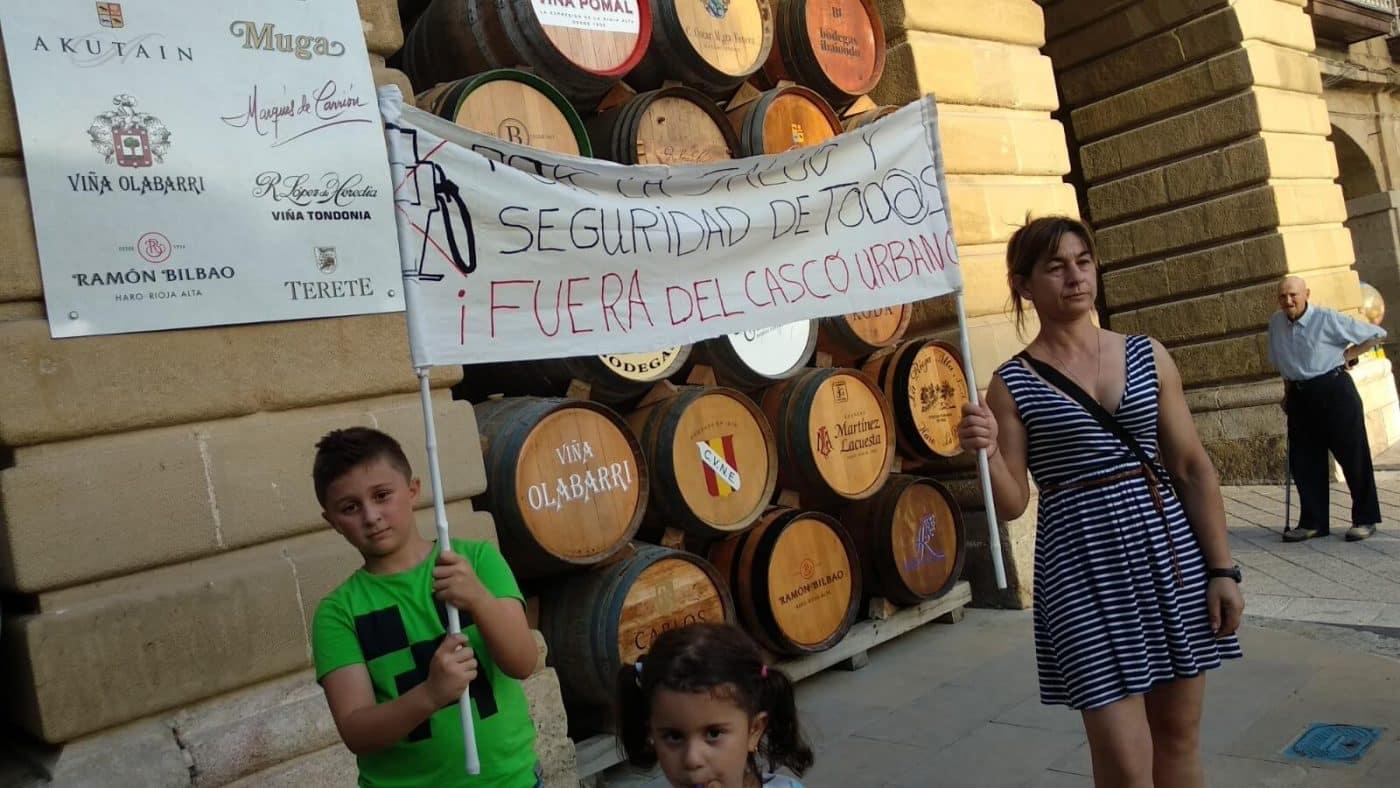 Concentración en Haro para exigir el traslado de la gasolinera de la avenida de La Rioja 9