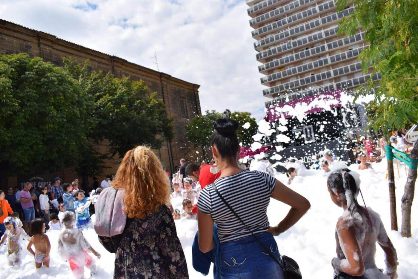Concurso de lanzamiento de alpargata, fiesta de la espuma y mucha diversión 5