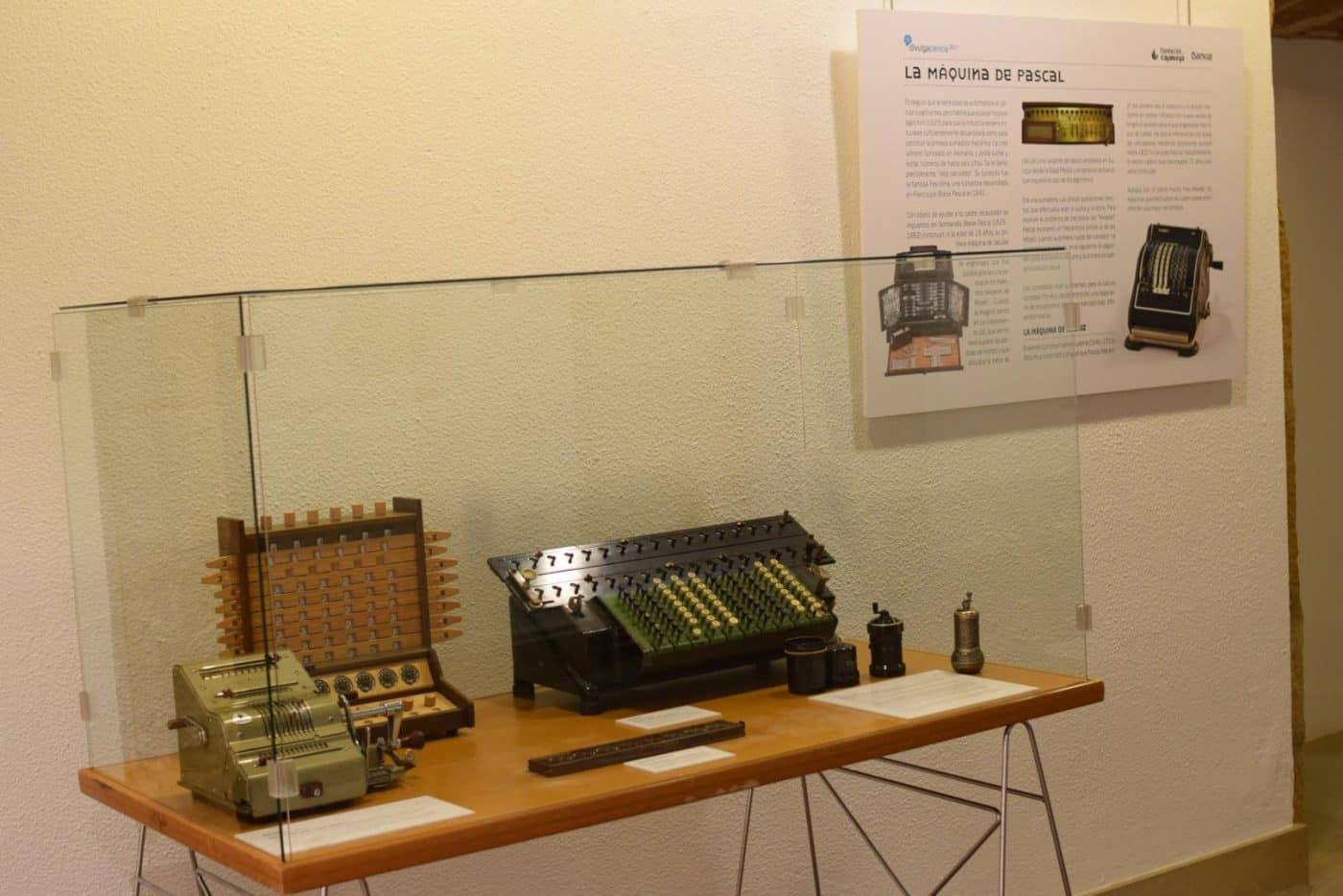 El Centro Fundación Caja Rioja-Bankia Haro acoge la exposición 'De la mano a la electrónica. Máquinas de calcular' 4