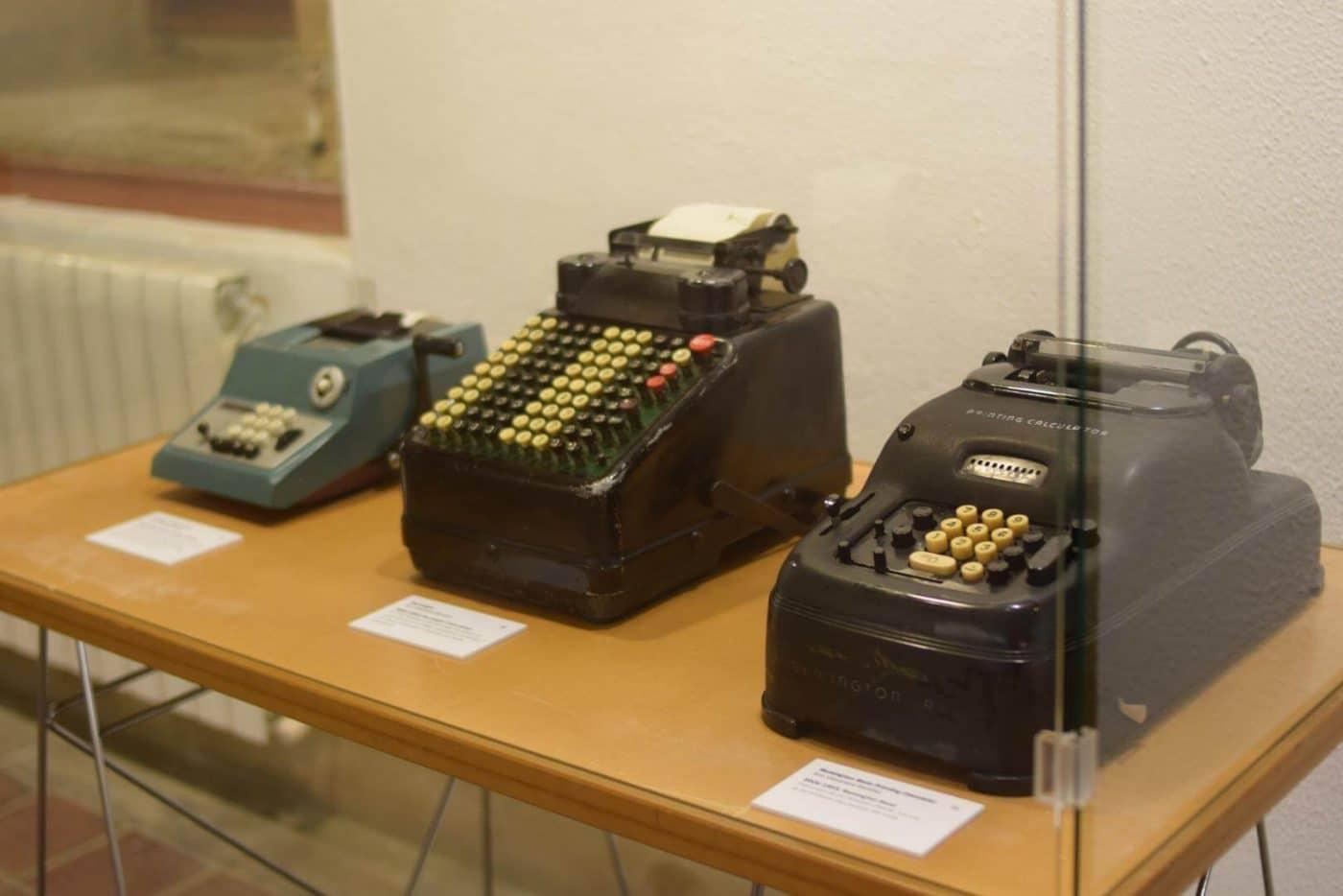 El Centro Fundación Caja Rioja-Bankia Haro acoge la exposición 'De la mano a la electrónica. Máquinas de calcular' 6