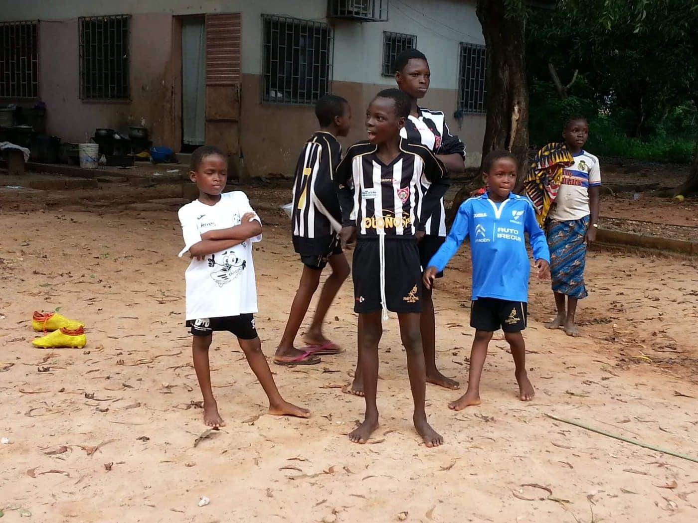 Los niños de Benín ya disfrutan del fútbol con las camisetas del Haro Sport Club 1