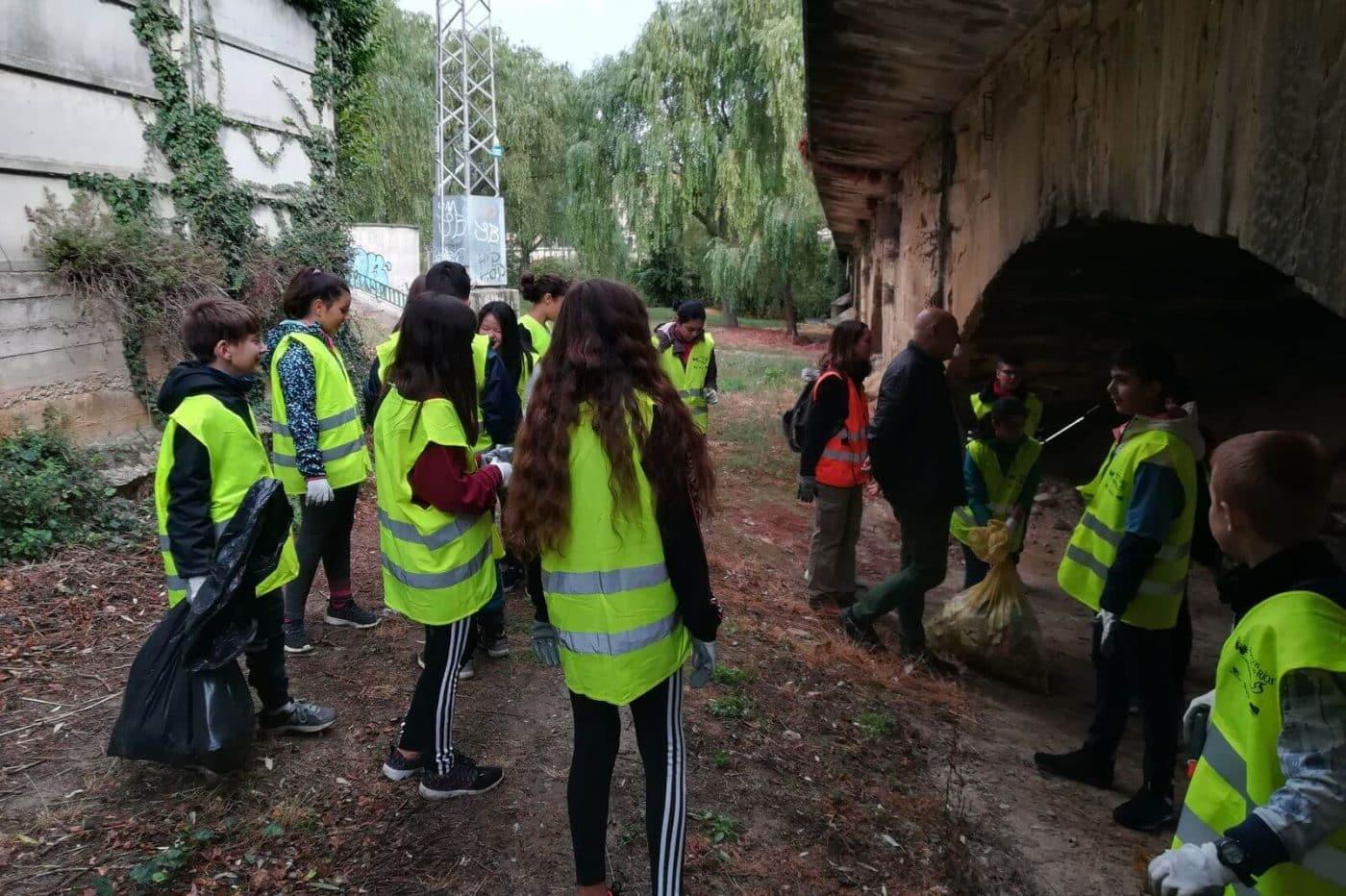 Amigos de los Ríos realiza labores de limpieza en el Tirón junto a alumnos del IES Ciudad de Haro 1