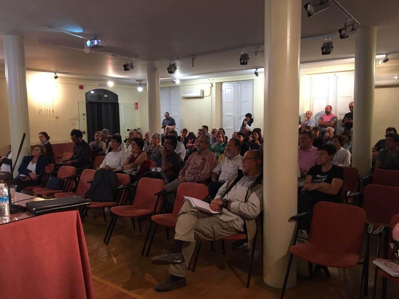 """La Plataforma contra el AVE continúa recabando apoyos en Logroño: """"Es un proyecto insostenible"""" 1"""