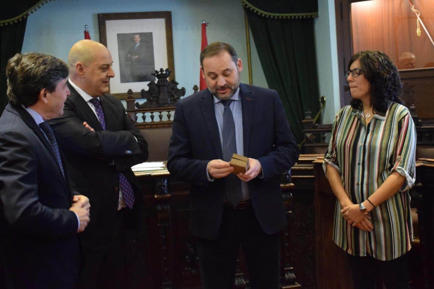 Ábalos visita en Haro las obras de rehabilitación del edificio María Díaz 10