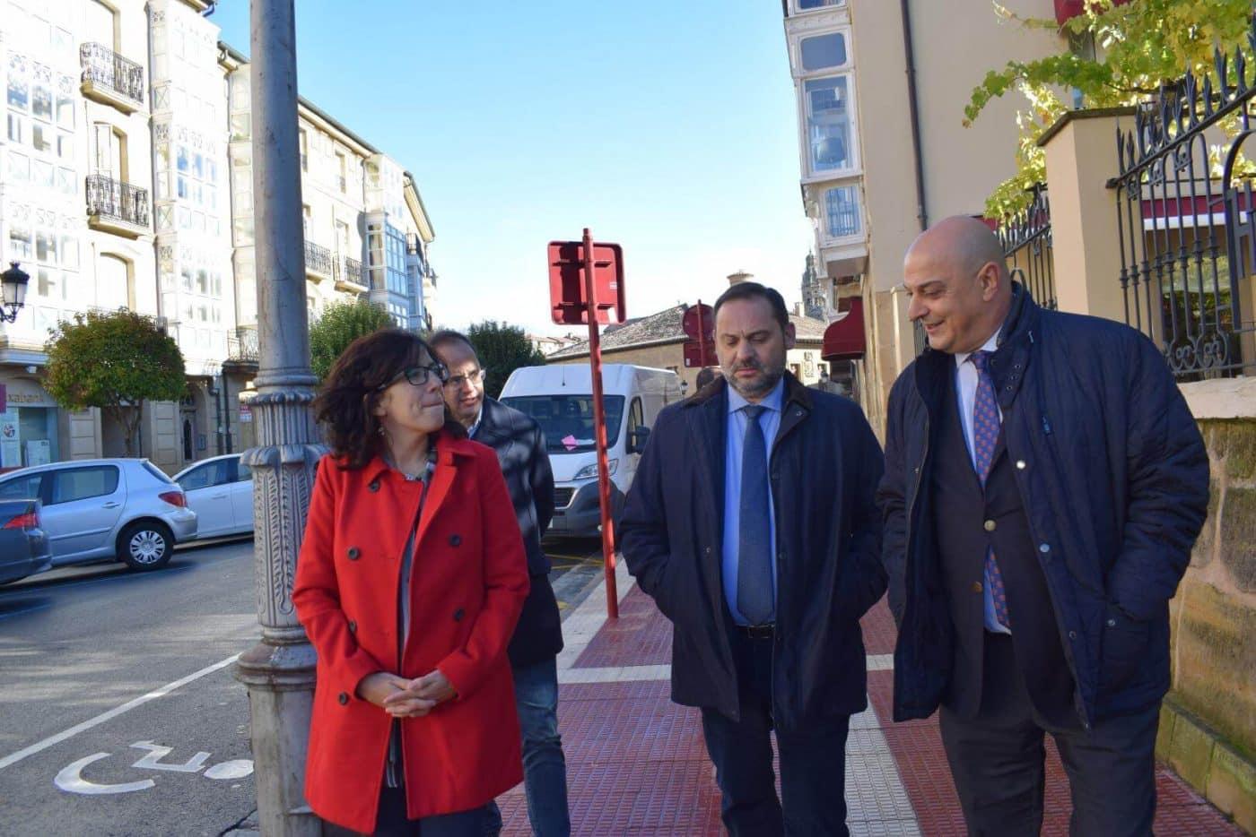 Ábalos visita en Haro las obras de rehabilitación del edificio María Díaz 13