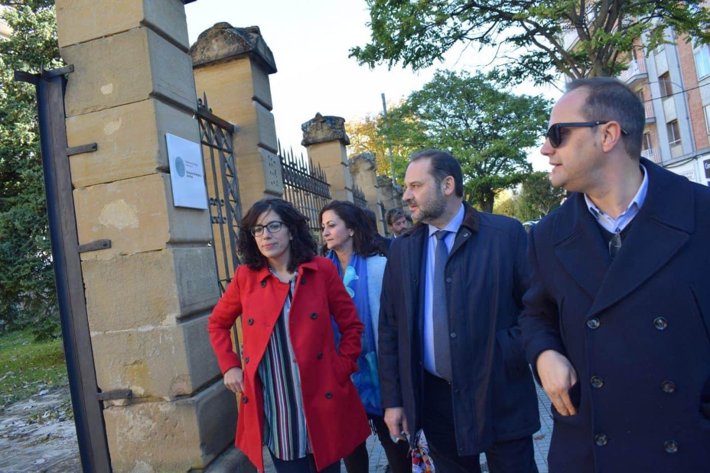 Ábalos visita en Haro las obras de rehabilitación del edificio María Díaz 12