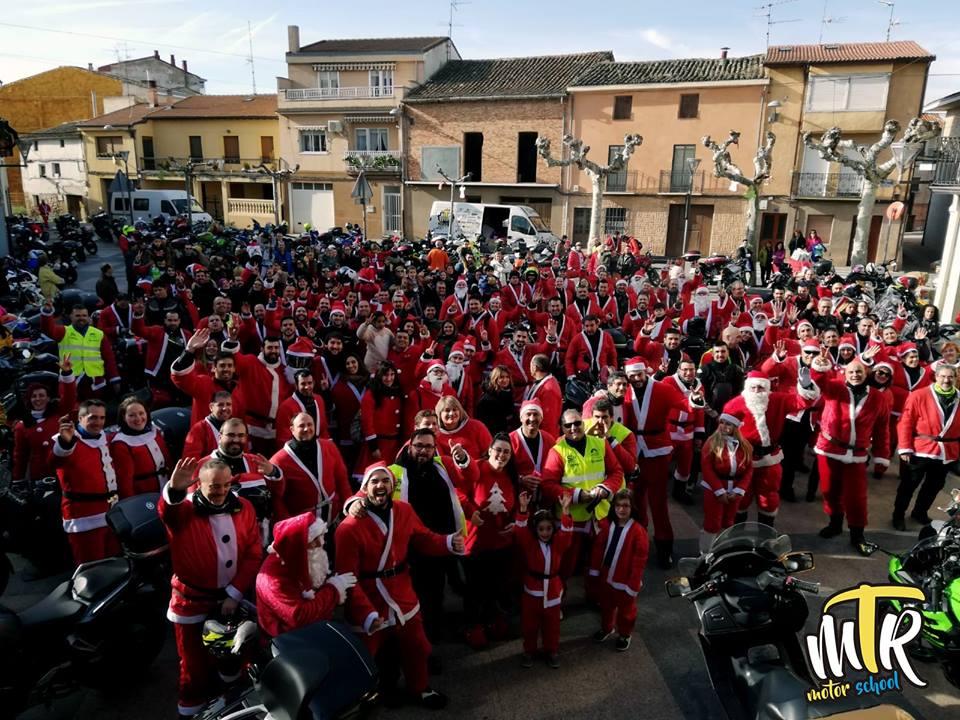 MTR Mototurismo La Rioja entrega juguetes recogidos en la 'papanoelada' motera a los niños de La Cometa 1