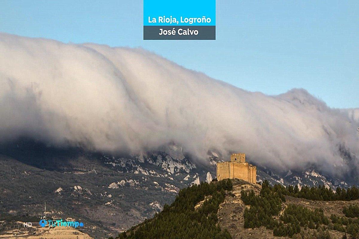 La imagen captada por nuestro colaborador José Antonio Calvo del efecto 'foehn' sobre el Castillo de Davalillo, protagonista de las previsiones meteorológicas de varias cadenas.