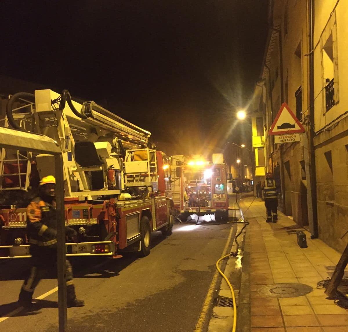 Los bomberos extinguen un incendio de una vivienda en Casalarreina 1