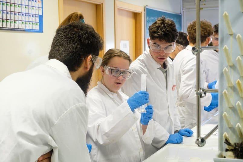 Estudiantes del IES Ciudad de Haro, ingenieros informáticos y químicos por un día 5