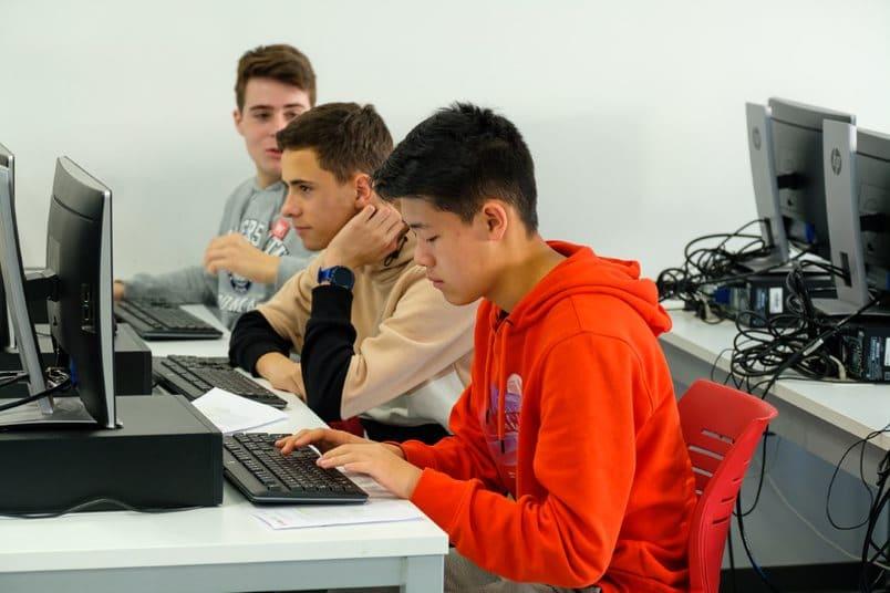 Estudiantes del IES Ciudad de Haro, ingenieros informáticos y químicos por un día 8