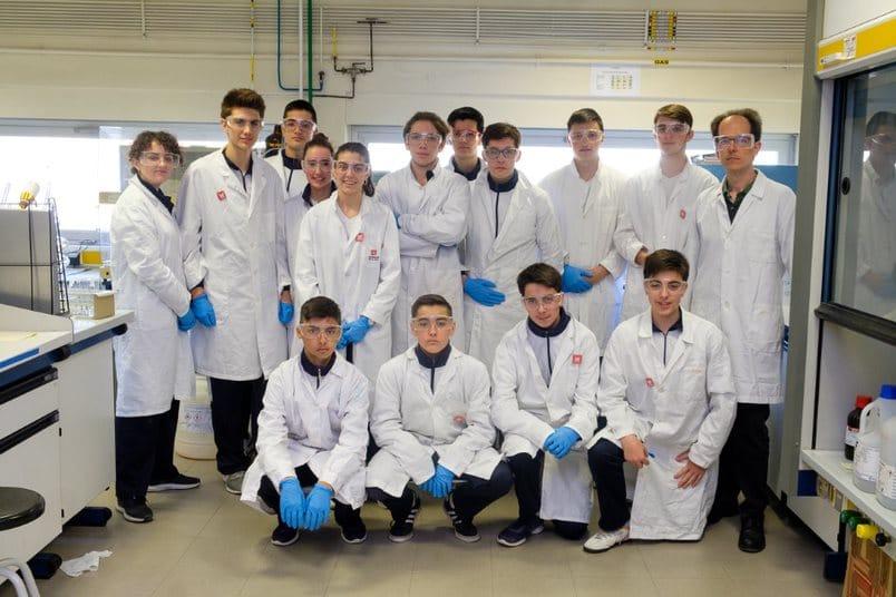 Estudiantes del IES Valle del Oja se convierten en químicos por un día gracias a la UR 1