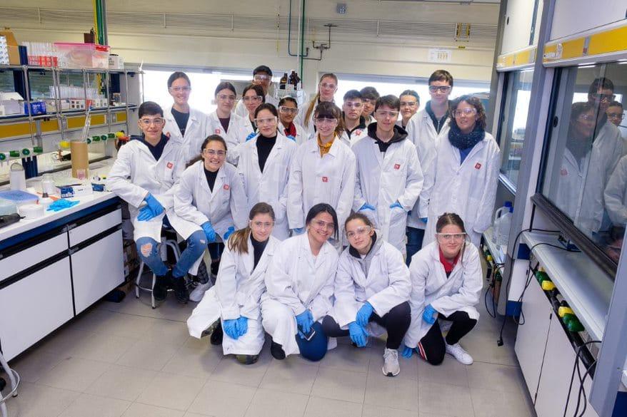 Estudiantes del IES Valle del Oja se convierten en químicos por un día gracias a la UR 3