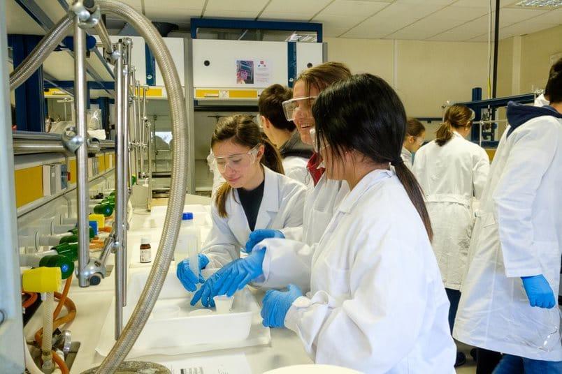 Estudiantes del IES Valle del Oja se convierten en químicos por un día gracias a la UR 2