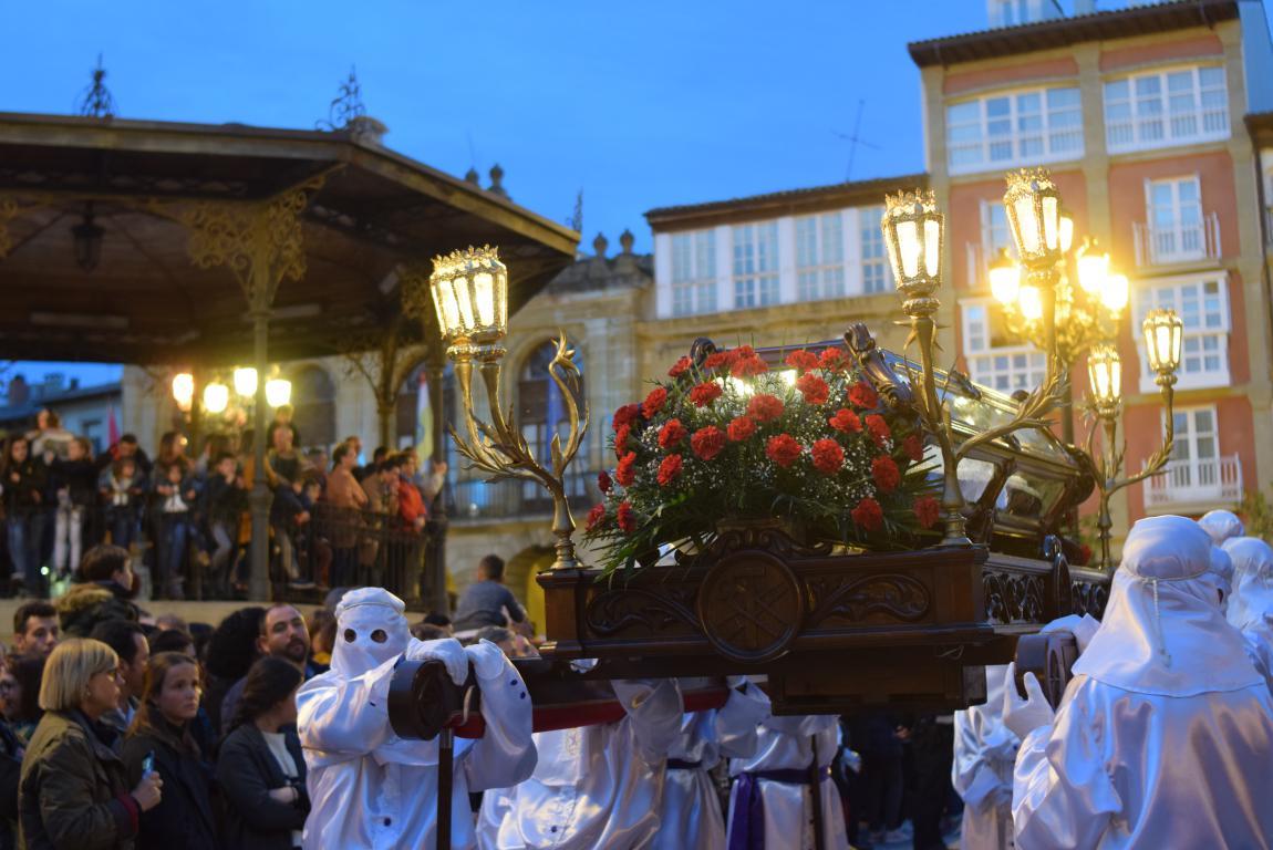 El Santo Entierro abarrota las calles del centro de Haro en el Viernes Santo 2
