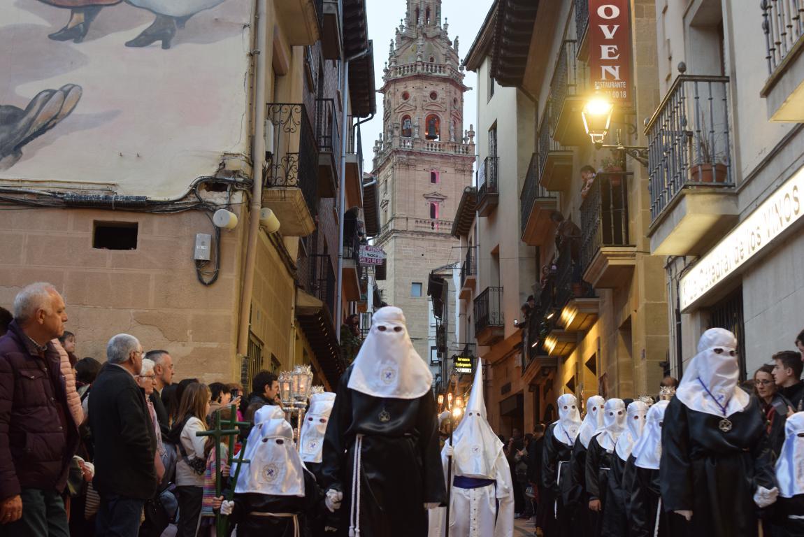 El Santo Entierro abarrota las calles del centro de Haro en el Viernes Santo 35