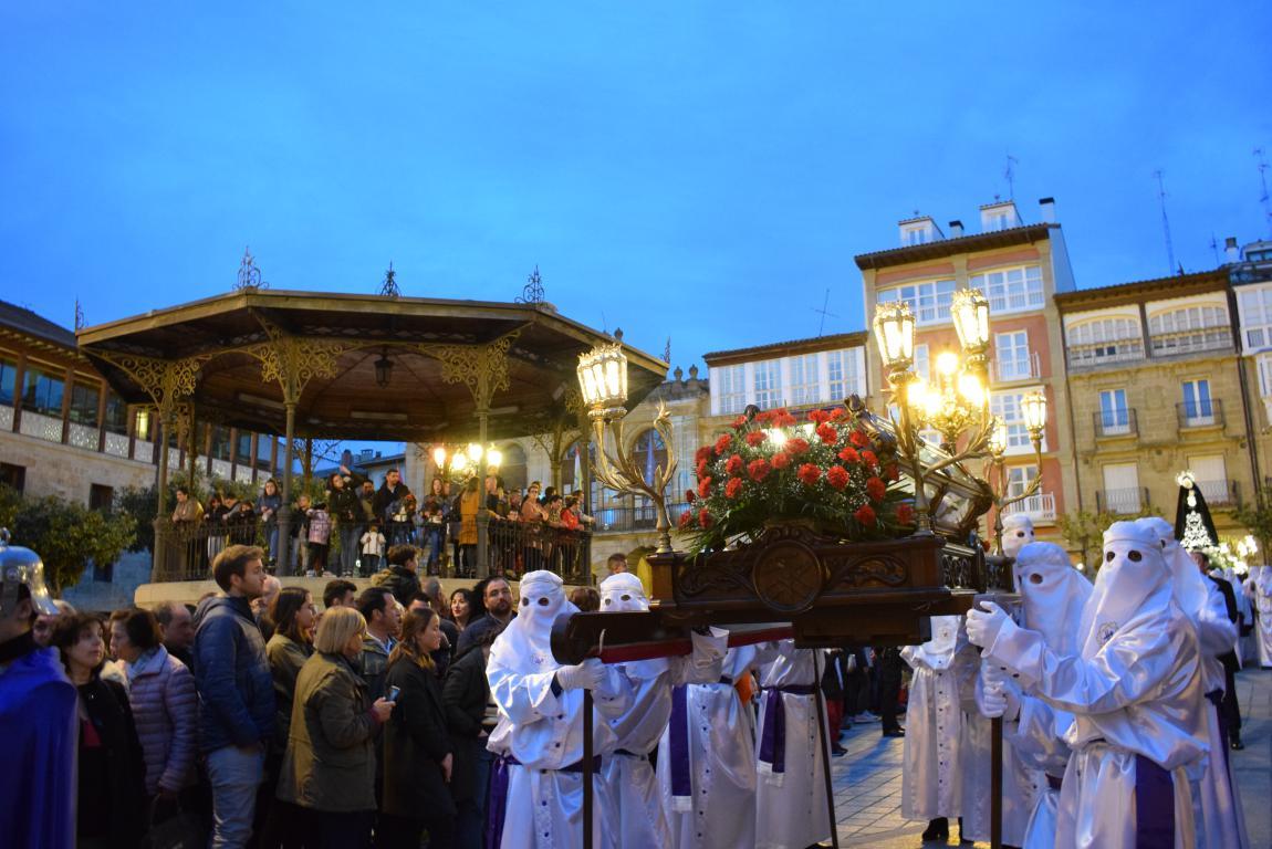 El Santo Entierro abarrota las calles del centro de Haro en el Viernes Santo 4