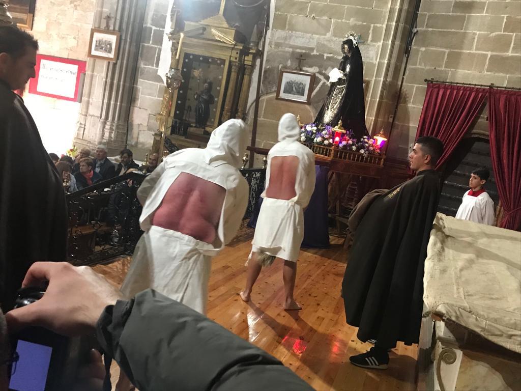 Los 'Picaos' realizan la penitencia en la iglesia por culpa de la lluvia 1