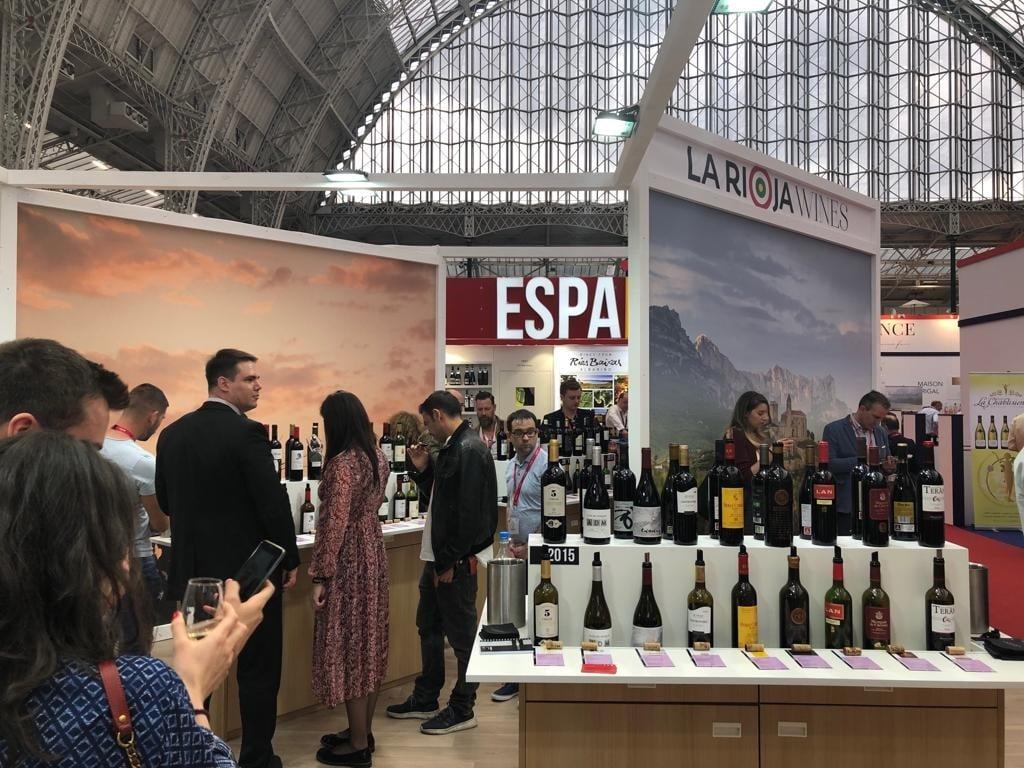 Cerca de 50 bodegas promocionan sus vinos en el estand de 'La Rioja Wines' durante la feria London Wine 2