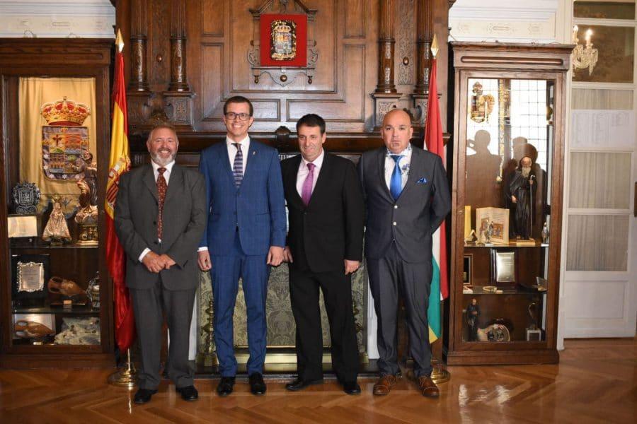La Agrupación de Cornetas y Tambores de Haro recibe la placa de Exaltación de los Valores Riojanos 2