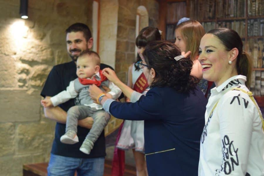 48 niños y niñas reciben su primer pañuelo de fiestas de Haro 9
