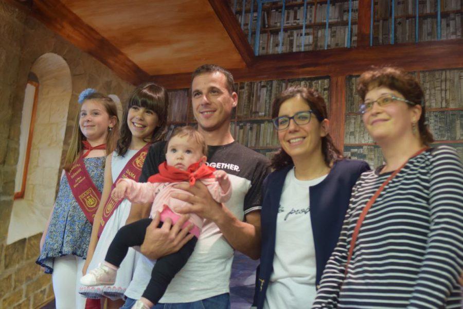 48 niños y niñas reciben su primer pañuelo de fiestas de Haro 11