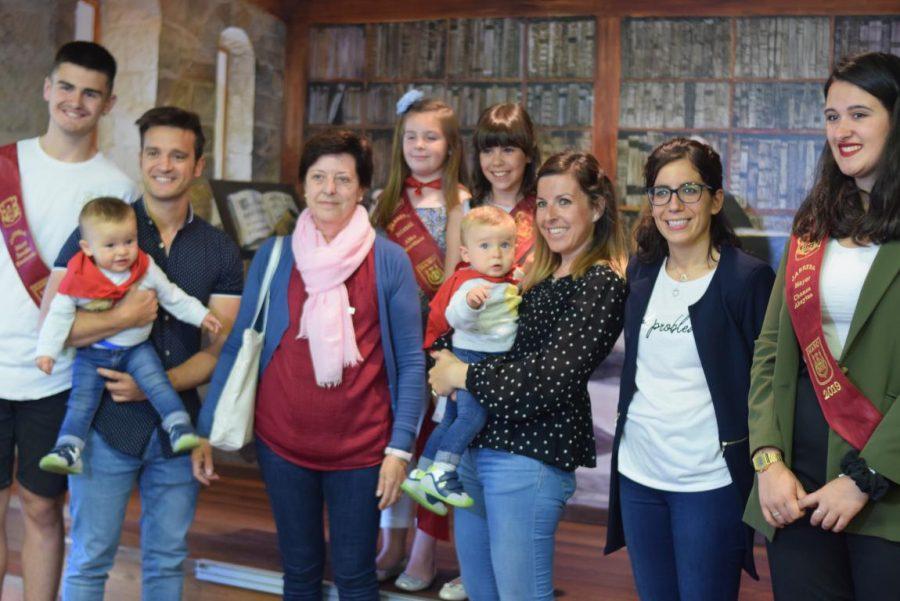 48 niños y niñas reciben su primer pañuelo de fiestas de Haro 3