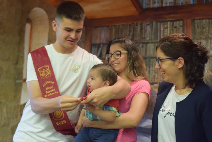 48 niños y niñas reciben su primer pañuelo de fiestas de Haro 29