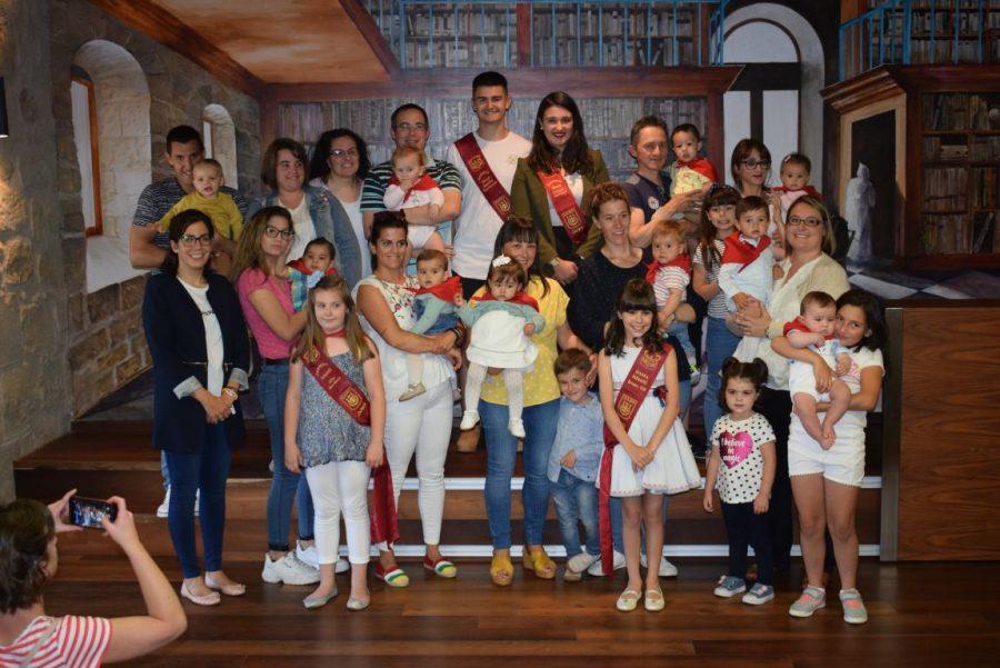 48 niños y niñas reciben su primer pañuelo de fiestas de Haro 30