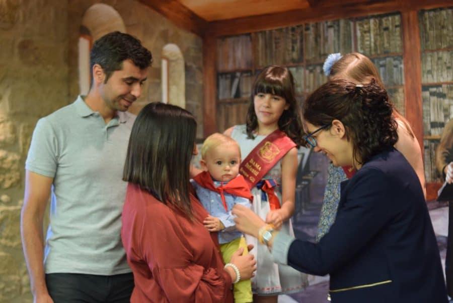 48 niños y niñas reciben su primer pañuelo de fiestas de Haro 37