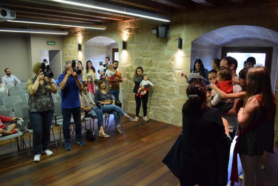 48 niños y niñas reciben su primer pañuelo de fiestas de Haro 48