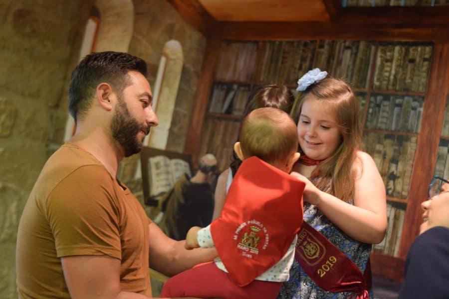 48 niños y niñas reciben su primer pañuelo de fiestas de Haro 50