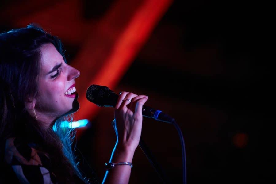 Lara Vizuete pone melodía a la gastronomía de La Vieja Bodega 15