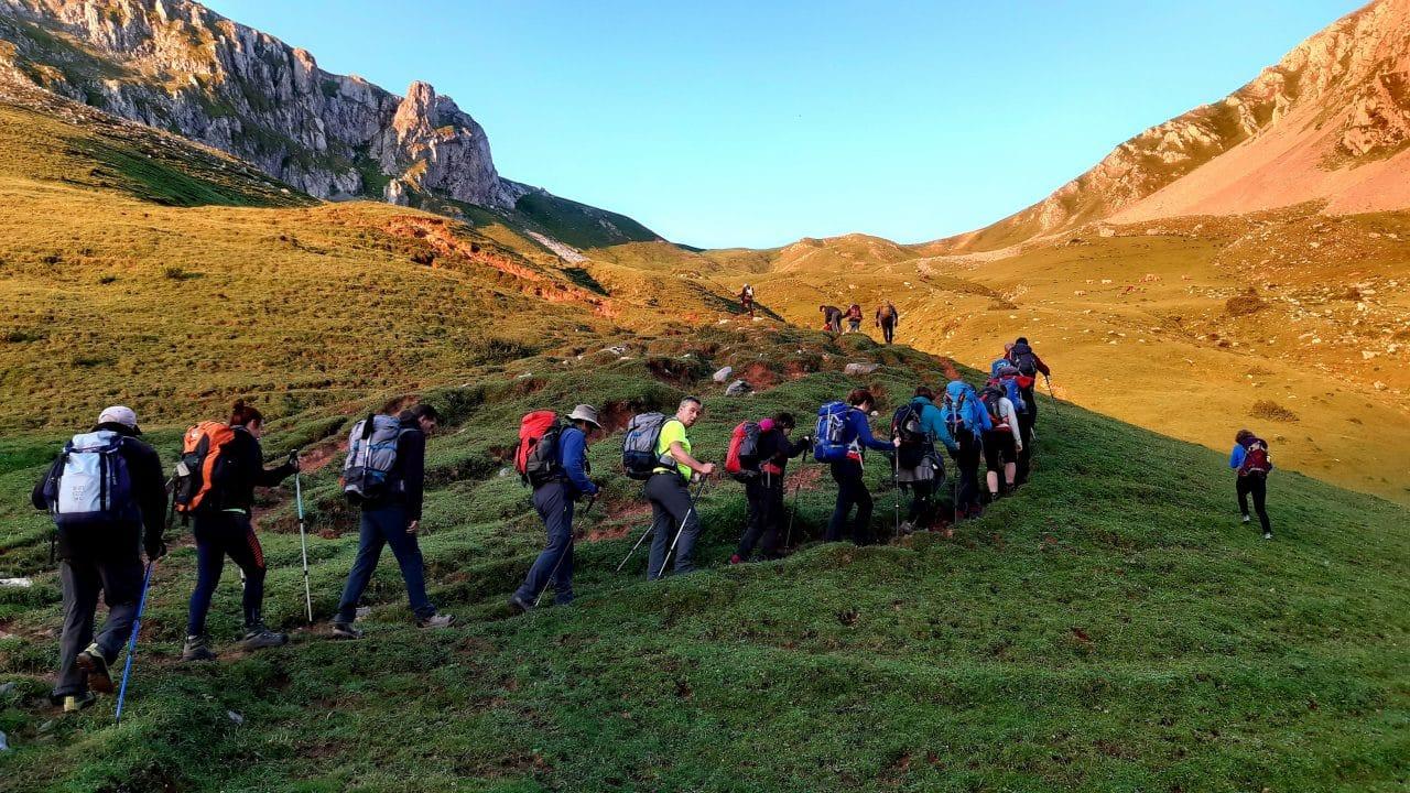 27 montañeros de la AD Toloño coronan Peña Ubiña 1