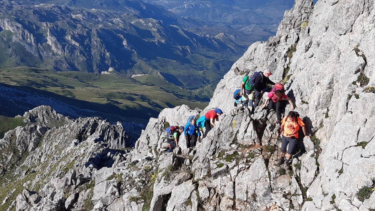 27 montañeros de la AD Toloño coronan Peña Ubiña 2