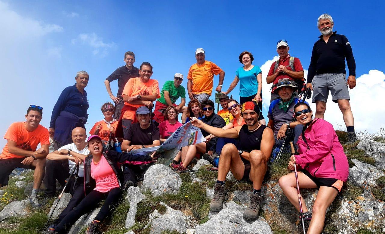 27 montañeros de la AD Toloño coronan Peña Ubiña 3