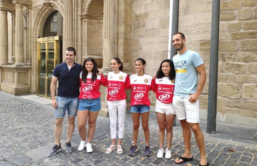 Las campeonas de España de Pelota a Mano Femenina son recibidas en el Parlamento 3