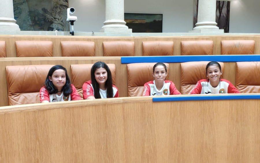 Las campeonas de España de Pelota a Mano Femenina son recibidas en el Parlamento 1