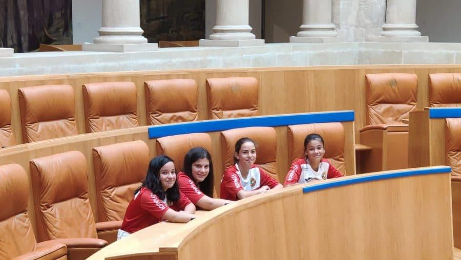 Las campeonas de España de Pelota a Mano Femenina son recibidas en el Parlamento 2