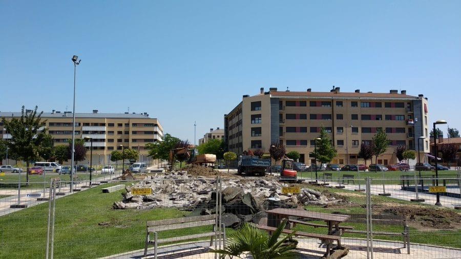 Iniciada la obra para cubrir el parque infantil de El Mazo 1