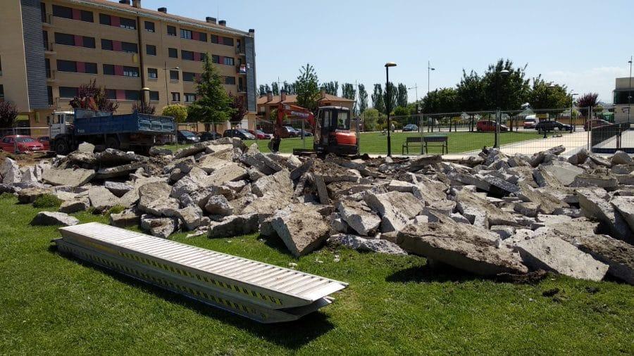 Iniciada la obra para cubrir el parque infantil de El Mazo 2