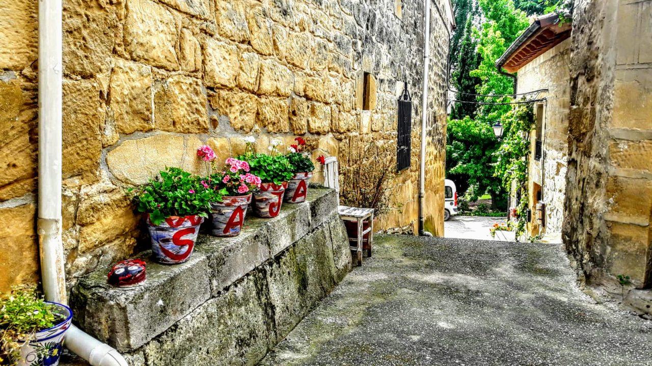 El conjunto es armonioso, nada desentona, y los toques modernos maridan con el conjunto como el olor a chuletillas de cordero al sarmiento que nos recibe huele a Rioja | Foto: Rocío Ortiz
