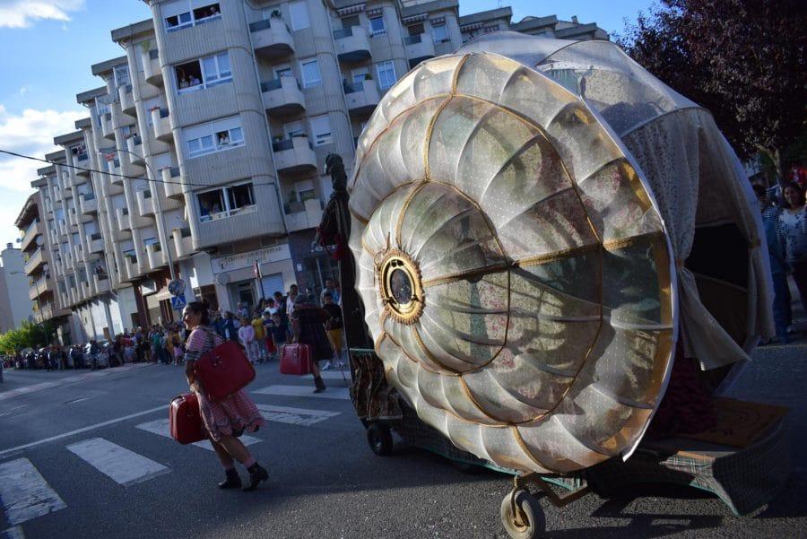 Fantasía y colorido en el desfile de carrozas de Haro 17
