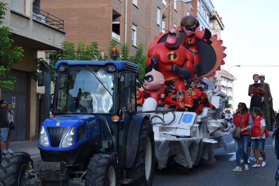 Fantasía y colorido en el desfile de carrozas de Haro 18